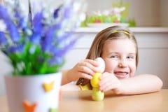 La muchacha feliz celebra Pascua en casa Imágenes de archivo libres de regalías