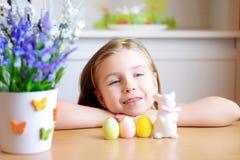 La muchacha feliz celebra Pascua en casa Fotografía de archivo