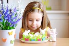 La muchacha feliz celebra Pascua en casa Imagen de archivo