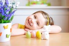 La muchacha feliz celebra Pascua en casa Imagen de archivo libre de regalías