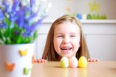 La muchacha feliz celebra Pascua en casa Fotos de archivo libres de regalías