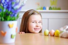 La muchacha feliz celebra Pascua en casa Imagenes de archivo