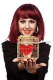 La muchacha feliz con el corazón pila de discos en un rectángulo de regalo Fotos de archivo libres de regalías