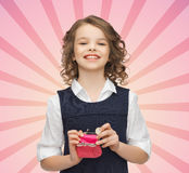 La muchacha feliz con el monedero y el euro acuñan el dinero Imágenes de archivo libres de regalías