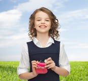 La muchacha feliz con el monedero y el euro acuñan el dinero Fotos de archivo