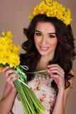 La muchacha feliz con el ramo de narciso amarillo florece Fotografía de archivo libre de regalías