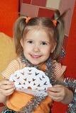 La muchacha feliz con un copo de nieve de papel Fotografía de archivo libre de regalías