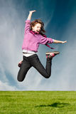 La muchacha feliz de la alegría salta Fotos de archivo libres de regalías