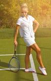 La muchacha feliz de los deportes se coloca con la estafa en corte en el día de verano soleado Fotografía de archivo libre de regalías