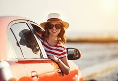 La muchacha feliz de la mujer va al viaje del viaje del verano en coche fotografía de archivo