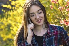 La muchacha feliz del adolescente hace llamada de teléfono Imagen de archivo libre de regalías