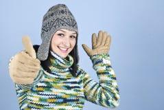 La muchacha feliz del invierno da los pulgares para arriba Imagenes de archivo