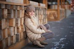 La muchacha feliz del niño está en invierno de la puesta del sol imágenes de archivo libres de regalías