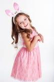 La muchacha feliz del niño está llevando los oídos del conejito, Año Nuevo Fotografía de archivo