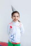 La muchacha feliz, diseño blanco que llevaba del niño adornó la blusa Fotos de archivo libres de regalías