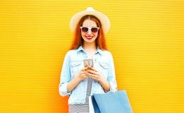 La muchacha feliz elegante está utilizando el smartphone en la ciudad Imagenes de archivo