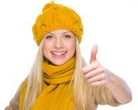 La muchacha feliz en otoño viste mostrar los pulgares para arriba Fotos de archivo