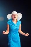 La muchacha feliz en un sombrero blanco y una alineada azul Fotografía de archivo