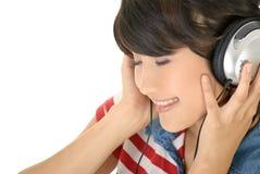 La muchacha feliz escucha música Imagen de archivo