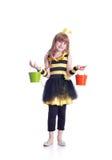 La muchacha feliz está llevando el traje de la abeja amarilla y negra en b blanco Fotos de archivo