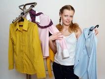 La muchacha feliz hace las compras con el departamento foto de archivo libre de regalías