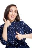 La muchacha feliz hermosa con una sonrisa feliz muestra el pulgar dos para arriba que mira la cámara, Fotos de archivo