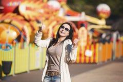 La muchacha feliz joven disfruta en el parque imagen de archivo libre de regalías