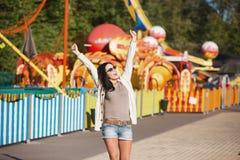 La muchacha feliz joven disfruta en el parque foto de archivo libre de regalías