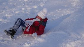 La muchacha feliz monta el trineo de la altas diapositiva y risas de la nieve Muchacha que descansa en parque de la Navidad en el almacen de metraje de vídeo