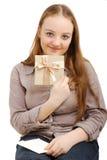 La muchacha feliz muestra una tarjeta de felicitación Fotos de archivo libres de regalías