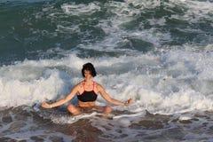 la muchacha feliz o la mujer hermosa en el mar agita Fotos de archivo