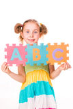 La muchacha feliz que lleva a cabo alfabeto pone letras a ABC Fotografía de archivo libre de regalías