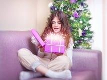 La muchacha feliz recibe el giftbox Fotografía de archivo libre de regalías