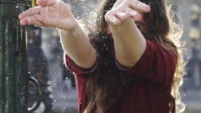 La muchacha feliz salpica el agua metrajes