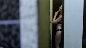 La muchacha feliz se está colocando en una ducha El concepto de una forma de vida sana almacen de metraje de vídeo