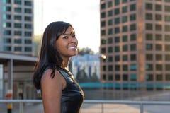 La muchacha feliz sonríe en la puesta del sol Fotografía de archivo libre de regalías