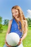 La muchacha feliz sostiene la bola Foto de archivo libre de regalías