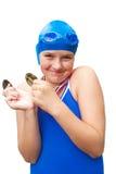 La muchacha feliz sostiene las medallas de la natación imagen de archivo