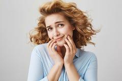 La muchacha finge ser actriz del melodrama Mujer divertida linda con el pelo rizado corto que se coloca en el viento con el pelo  Imagen de archivo libre de regalías