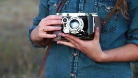 La muchacha fotografió la cámara retra almacen de video