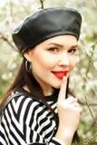 La muchacha francesa atractiva joven atractiva que dice shh, silencio firma encima Imagen de archivo libre de regalías