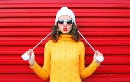 La muchacha fresca de la moda que sopla los labios rojos hace beso del aire Imágenes de archivo libres de regalías