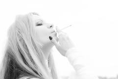 La muchacha fuma Imagen de archivo