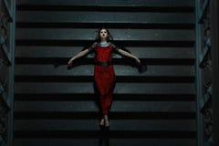 La muchacha gótica se cayó en las escaleras en la noche Fotos de archivo