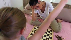 La muchacha gana a su madre en ajedrez metrajes