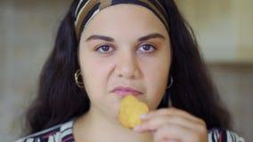 La muchacha gorda está comiendo almacen de video
