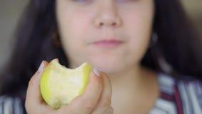 La muchacha gorda está comiendo almacen de metraje de vídeo