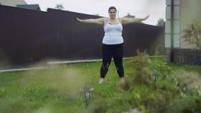 La muchacha gorda está haciendo ejercicios metrajes
