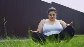La muchacha gorda está haciendo ejercicios almacen de video