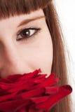La muchacha goza de un olor de se levantó Foto de archivo